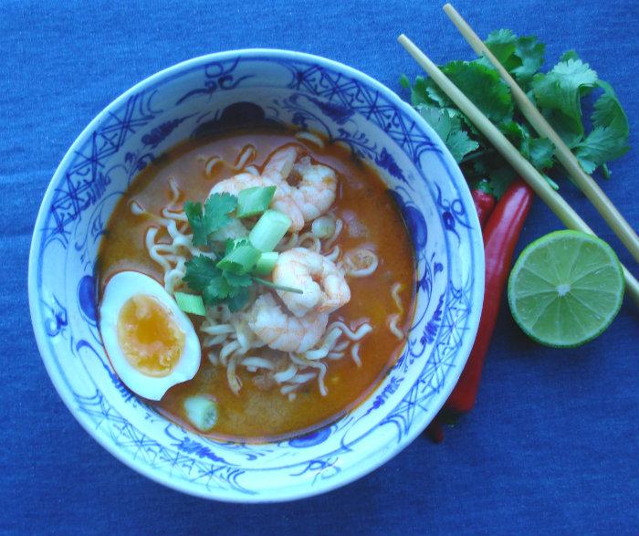 thaise rode curry soep met een eitje