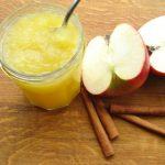 Potje appelmoes met kaneelstokjes en partjes appel