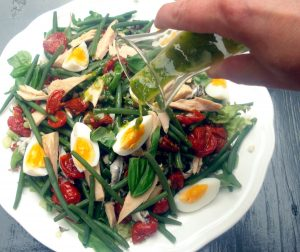 salade nicoise op een bord
