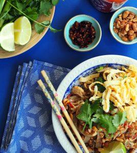 pad thai met bijbehorende gerechten