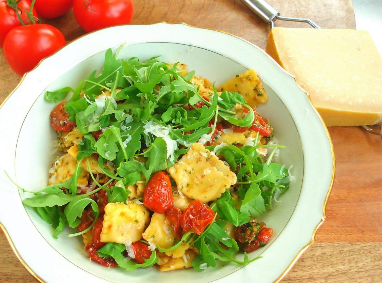 pasta pesto salade in een schaal
