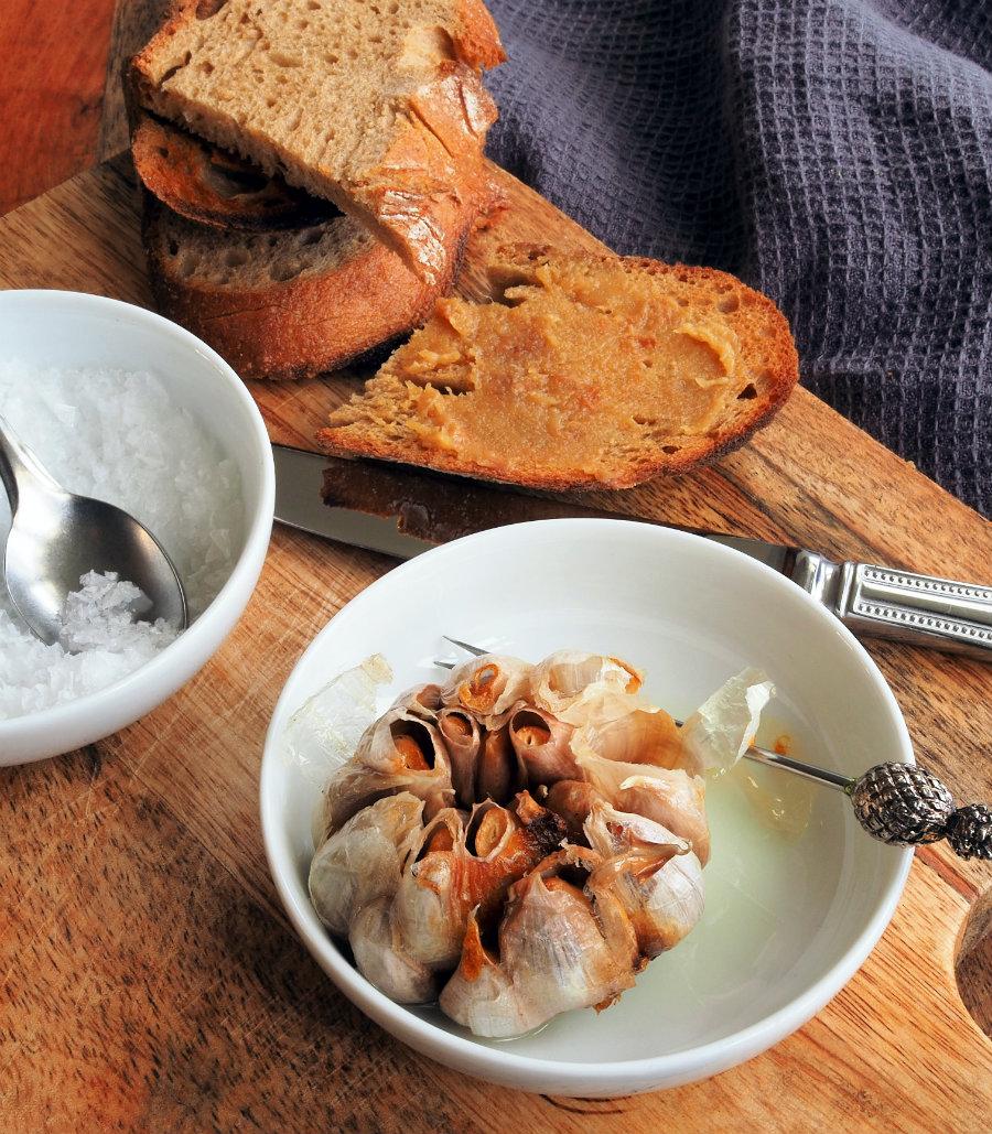 geroosterd brood met knoflookpuree