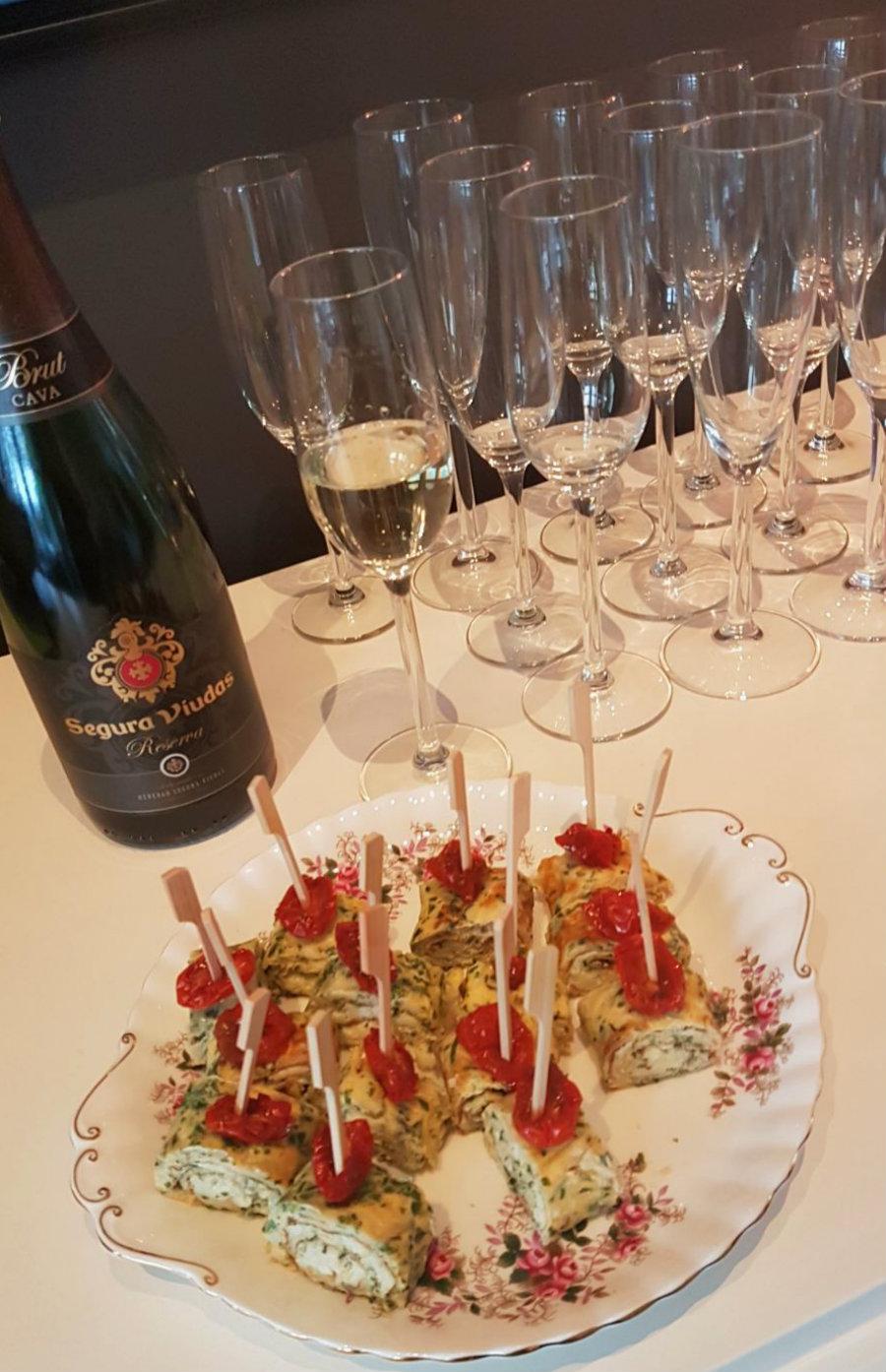 omeletrolletje met ricotta en een glaasje cava