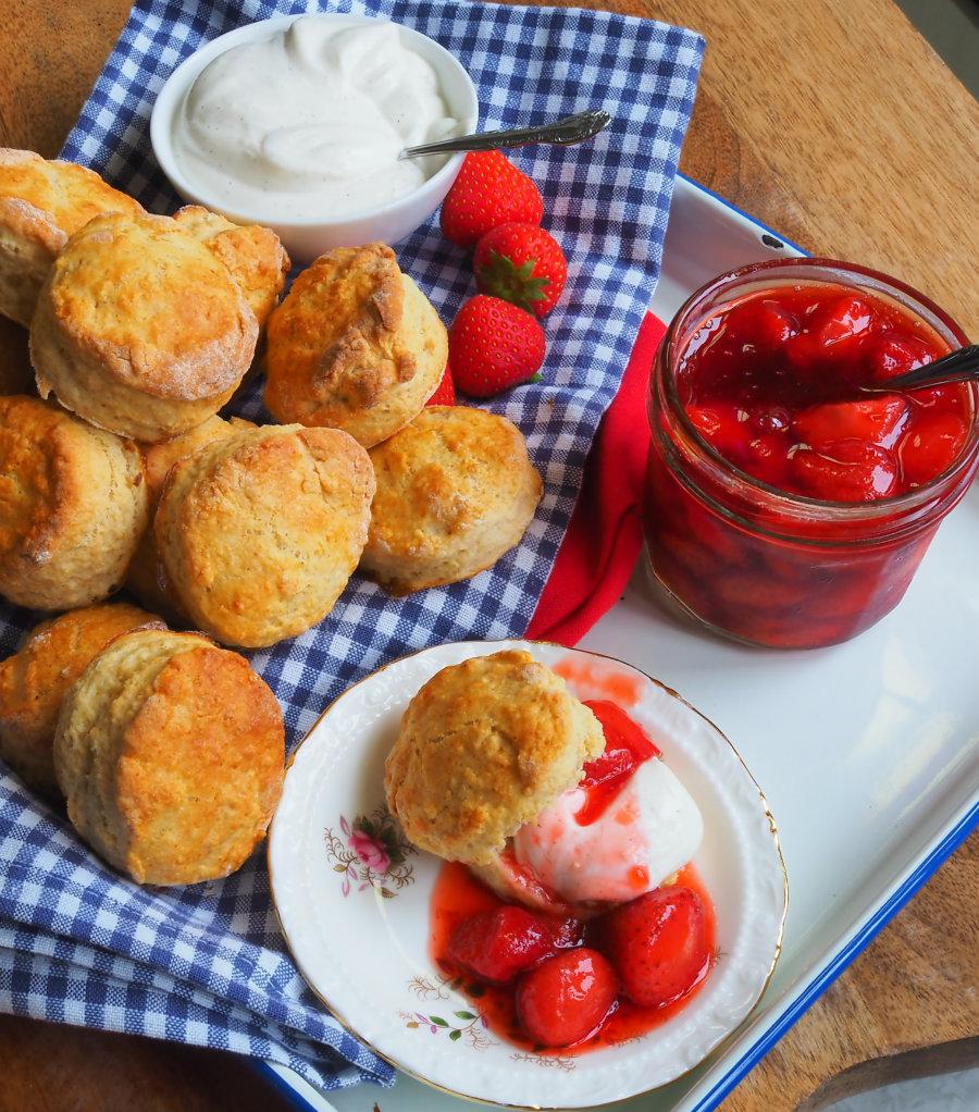 scones met aardbeienjam