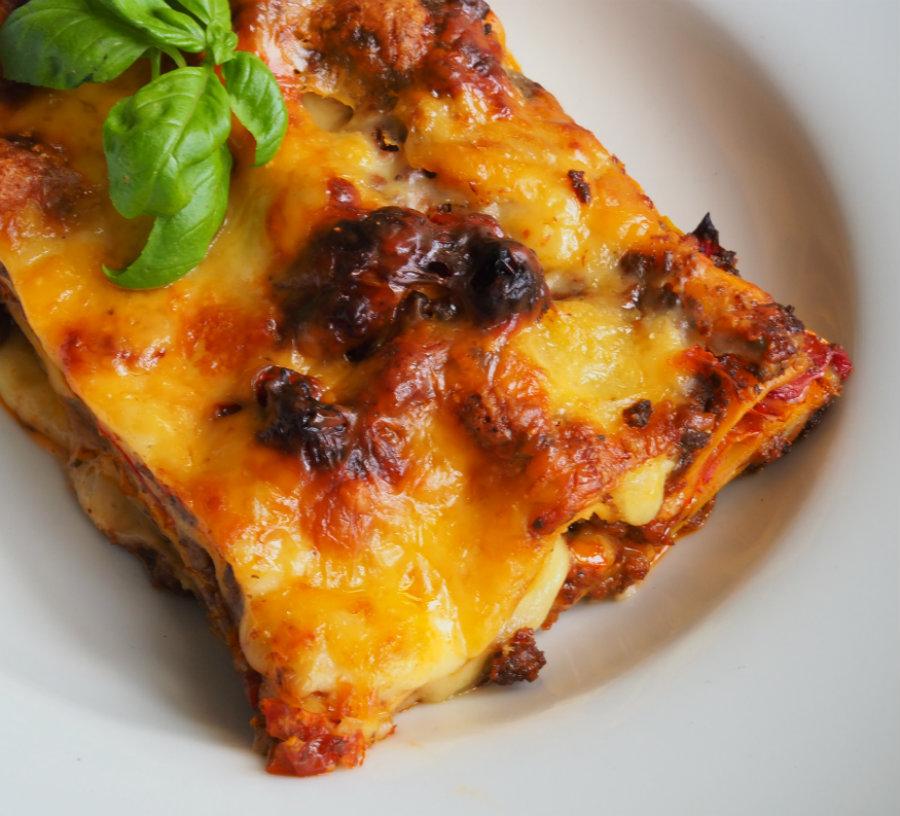 lasagne op een bordje